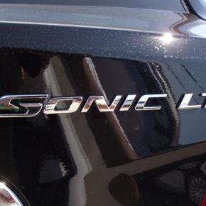 Chevrolet Sonic sedan 2012, un paso para adelante, 2 paraatras.